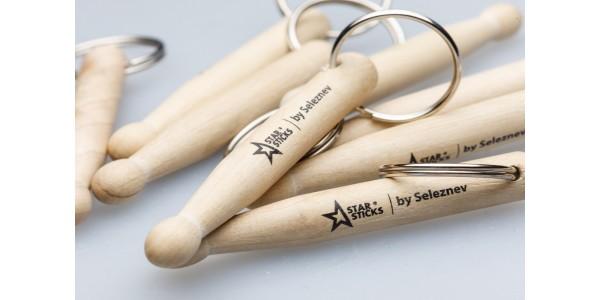Брелок барабанные палочки с логотипом StarSticks
